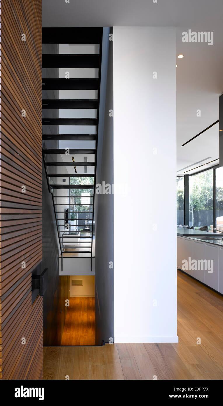 Rivestimento Casa In Legno la scala e il pilastro con rivestimento in legno in casa