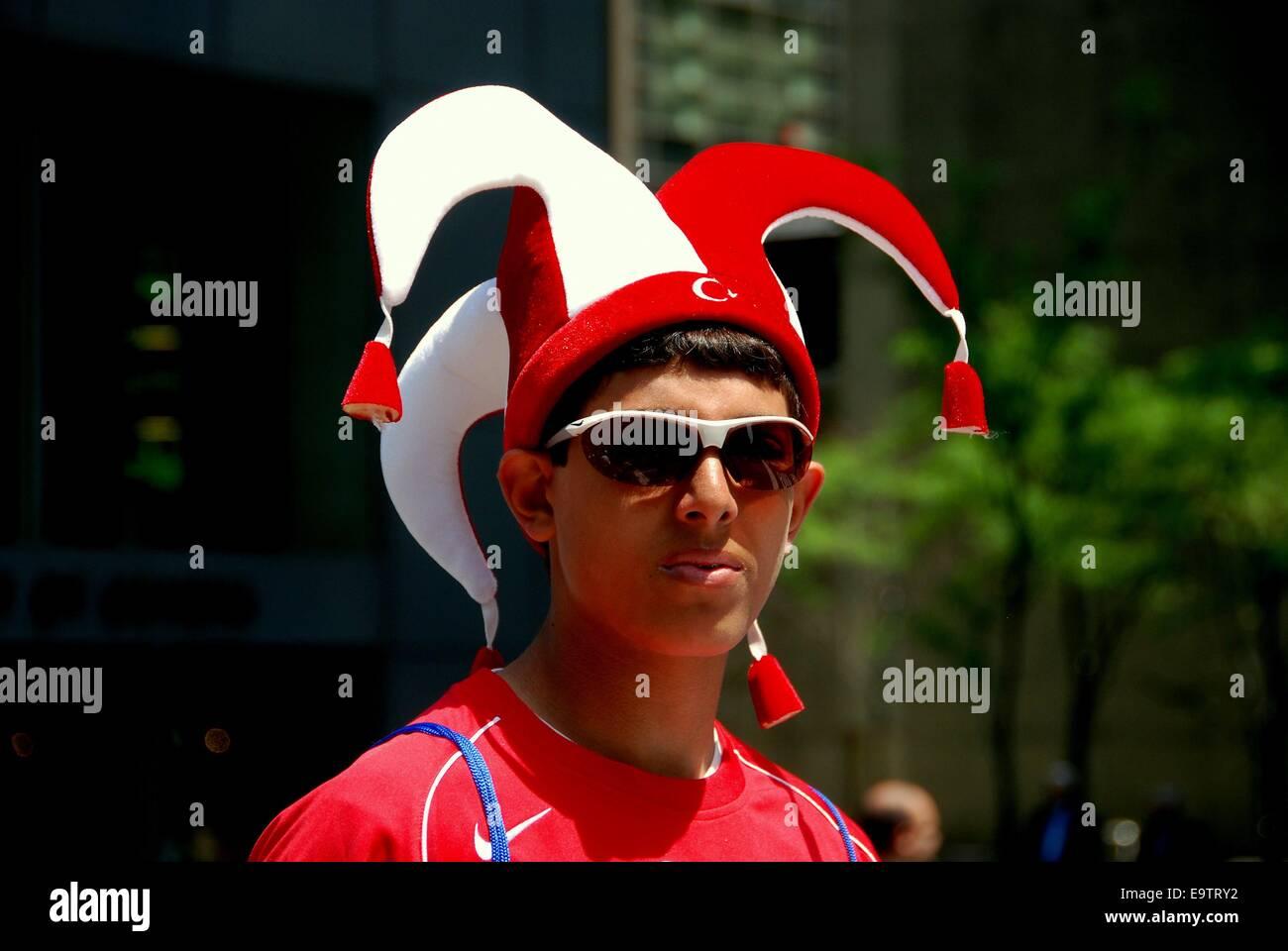 NYC  giovane uomo che indossa jester hat al bagno turco parata del giorno  su Madison 1c399fbf0002