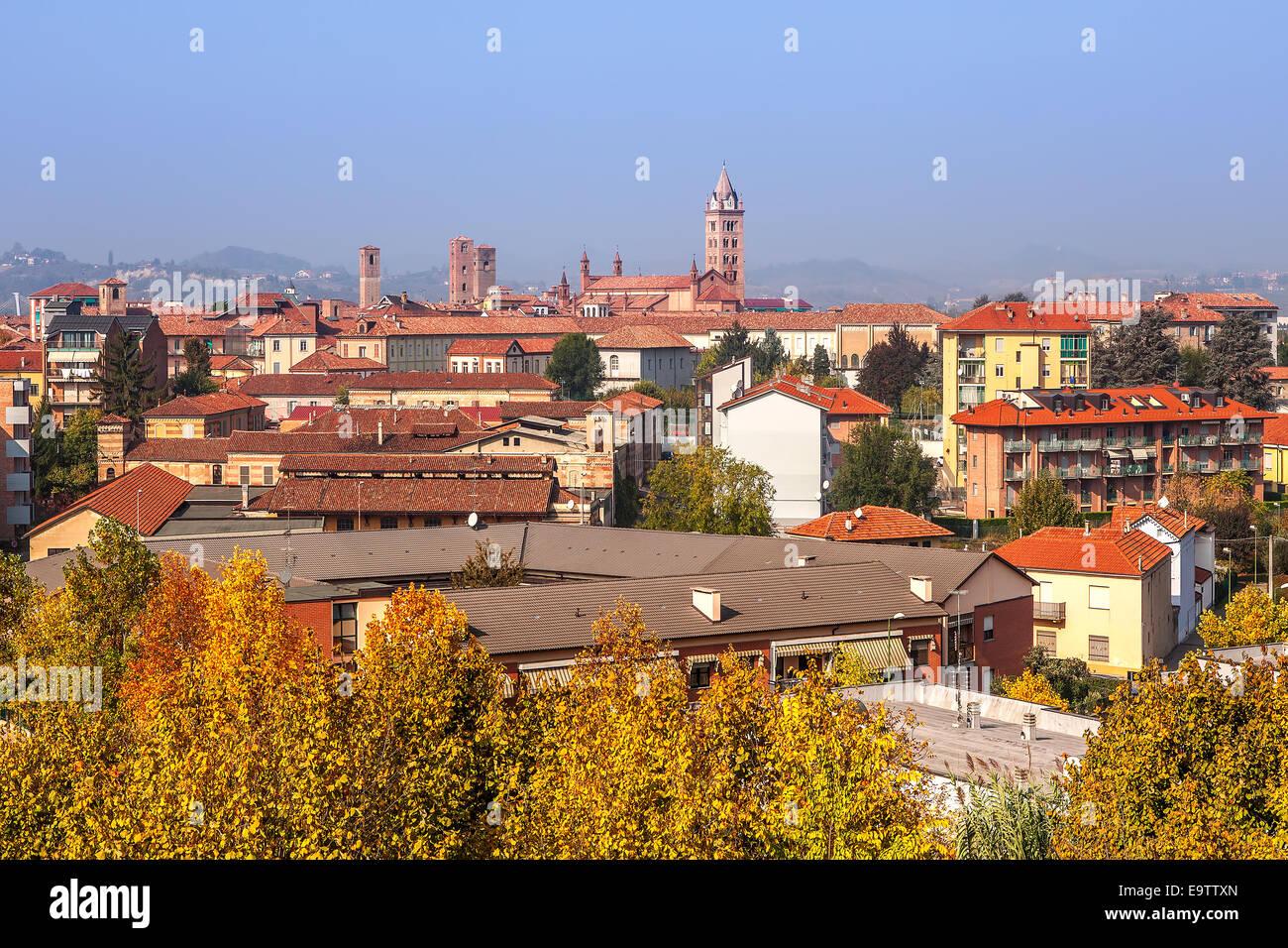 Città di Alba in autunno in Piemonte, Italia settentrionale. Immagini Stock