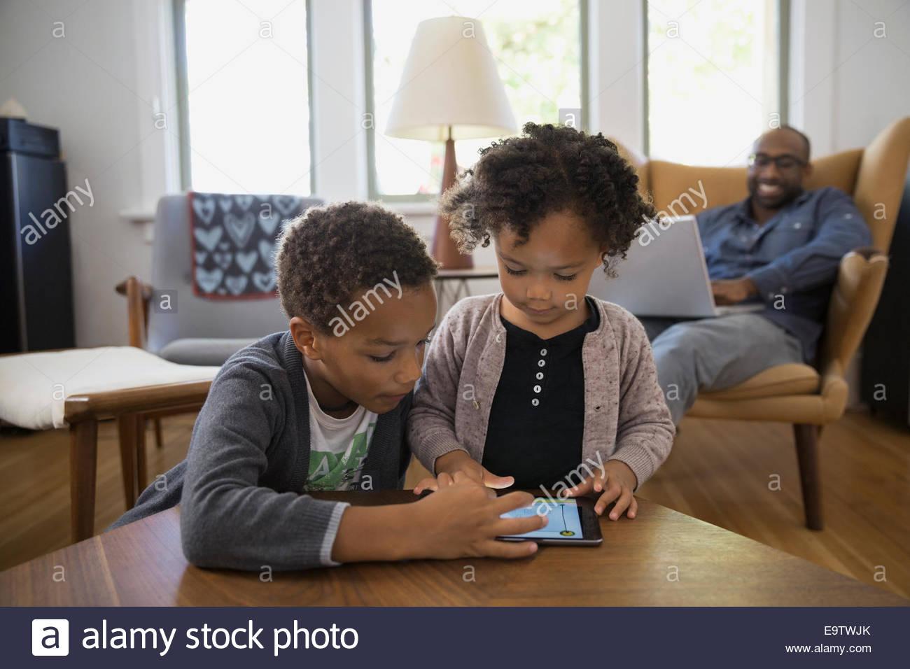 Fratello e Sorella di condivisione digitale compressa Immagini Stock