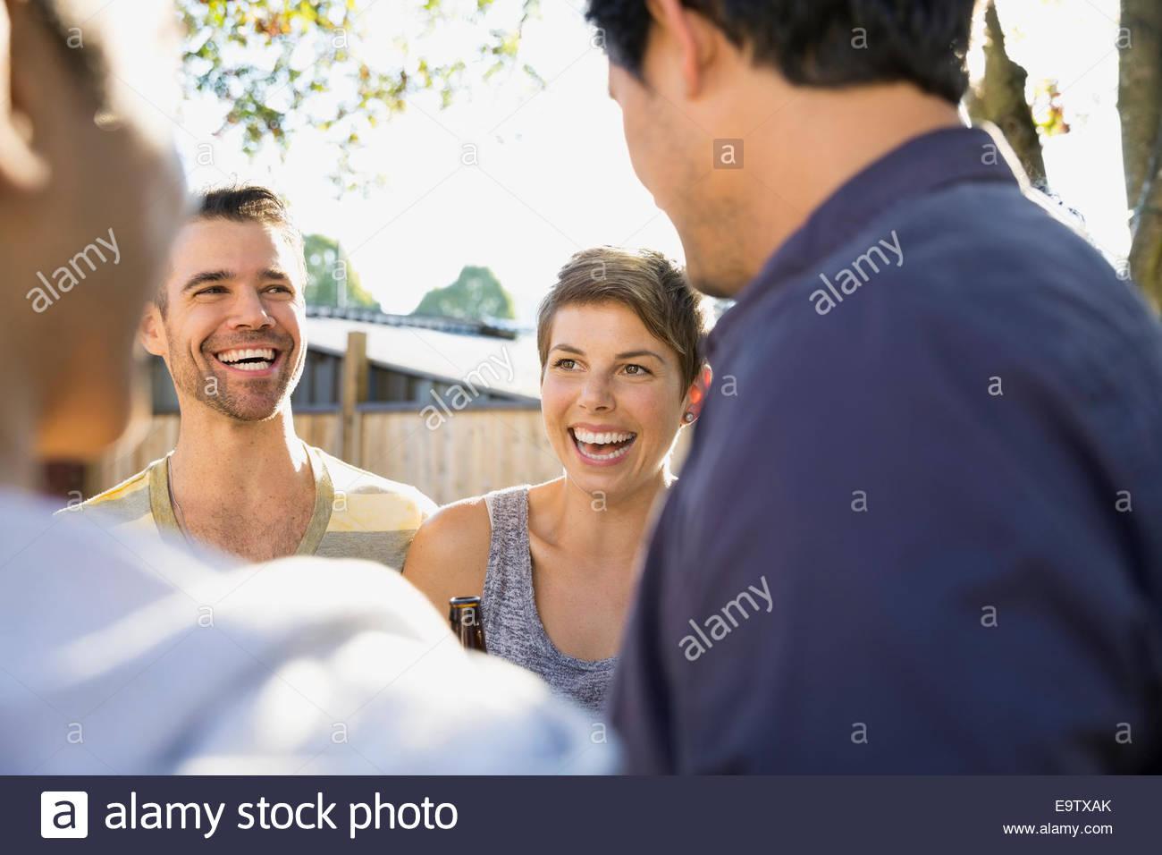 Gli amici di ridere e di parlare Immagini Stock