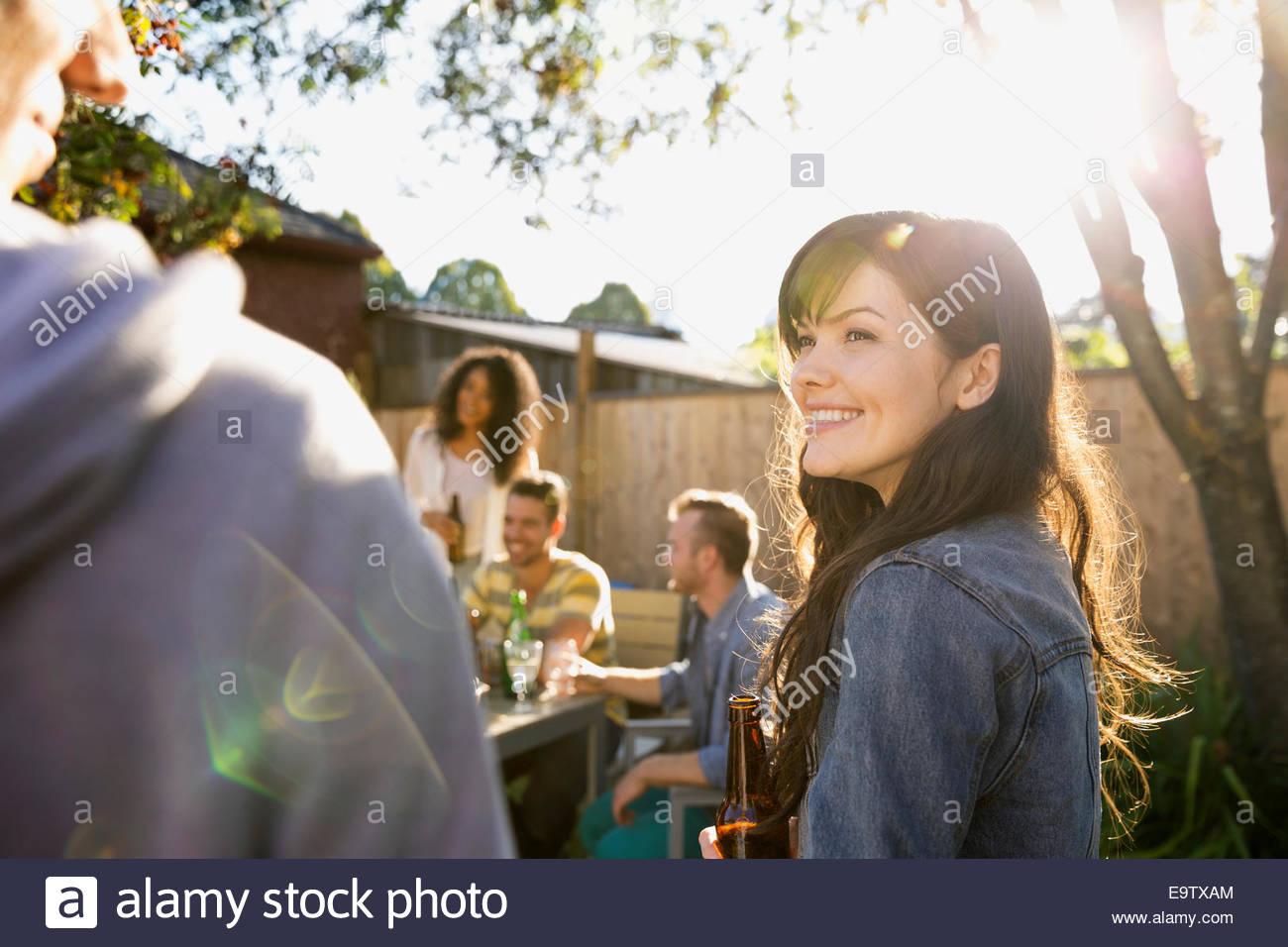Amici appendere fuori a backyard barbecue Immagini Stock