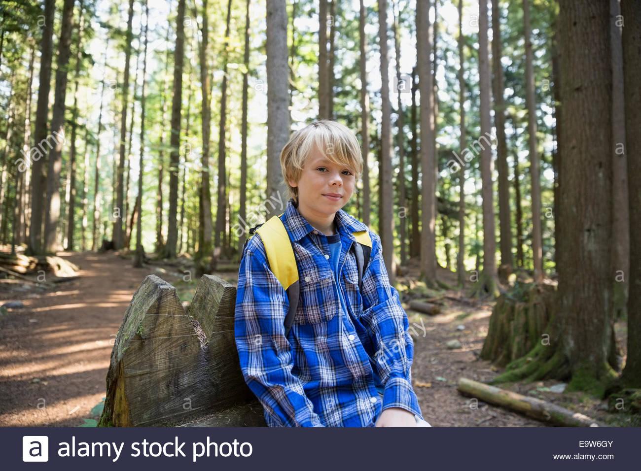 Ritratto di ragazzo con zaino in boschi Immagini Stock