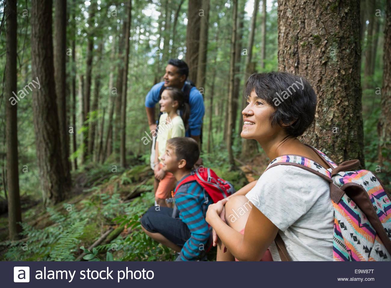 Famiglia sorridente in boschi Immagini Stock