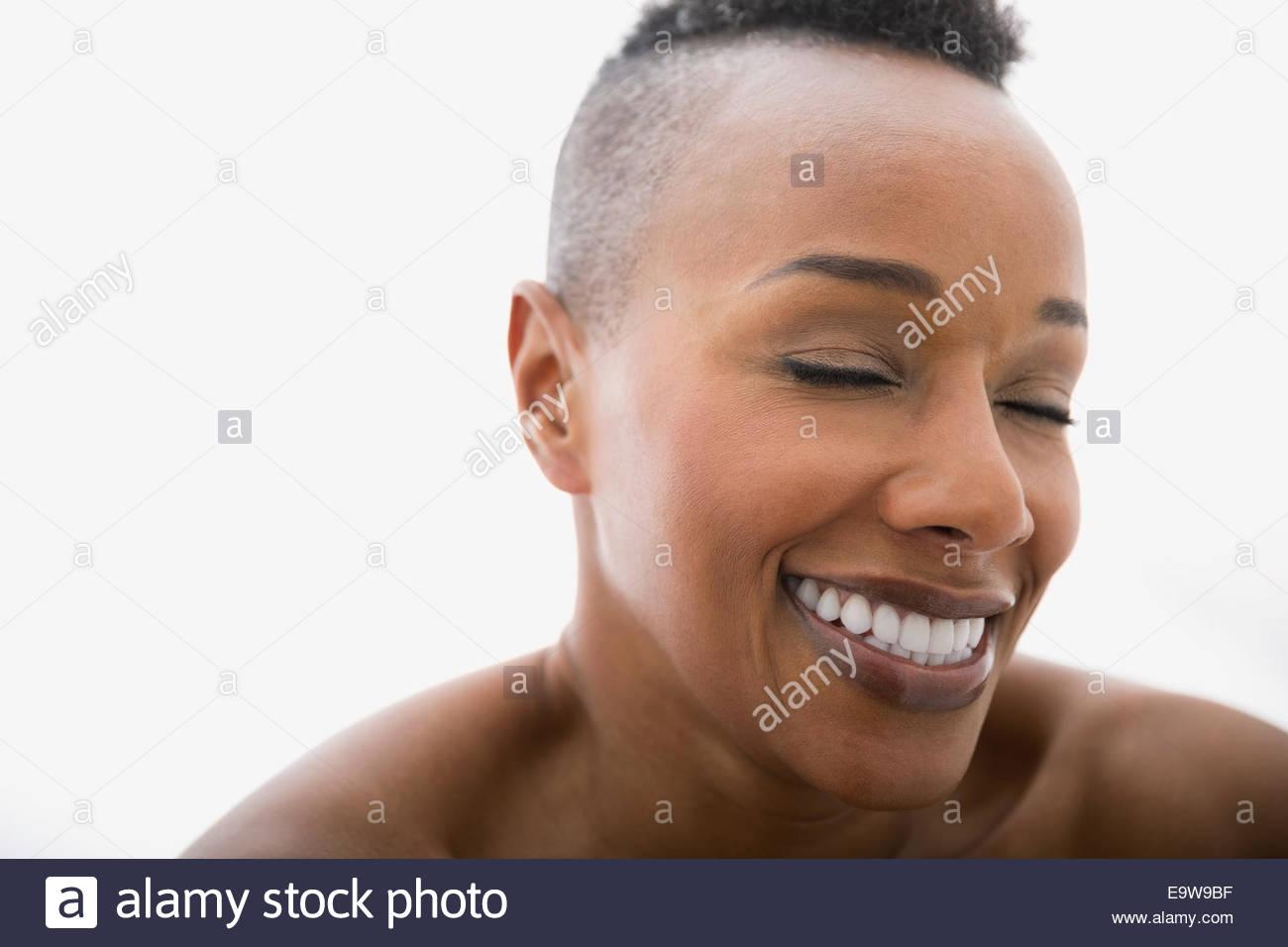 Close up della donna che ride con gli occhi chiusi Immagini Stock