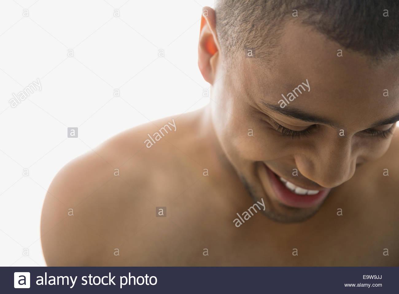 Close up bare chested uomo che guarda in basso Immagini Stock
