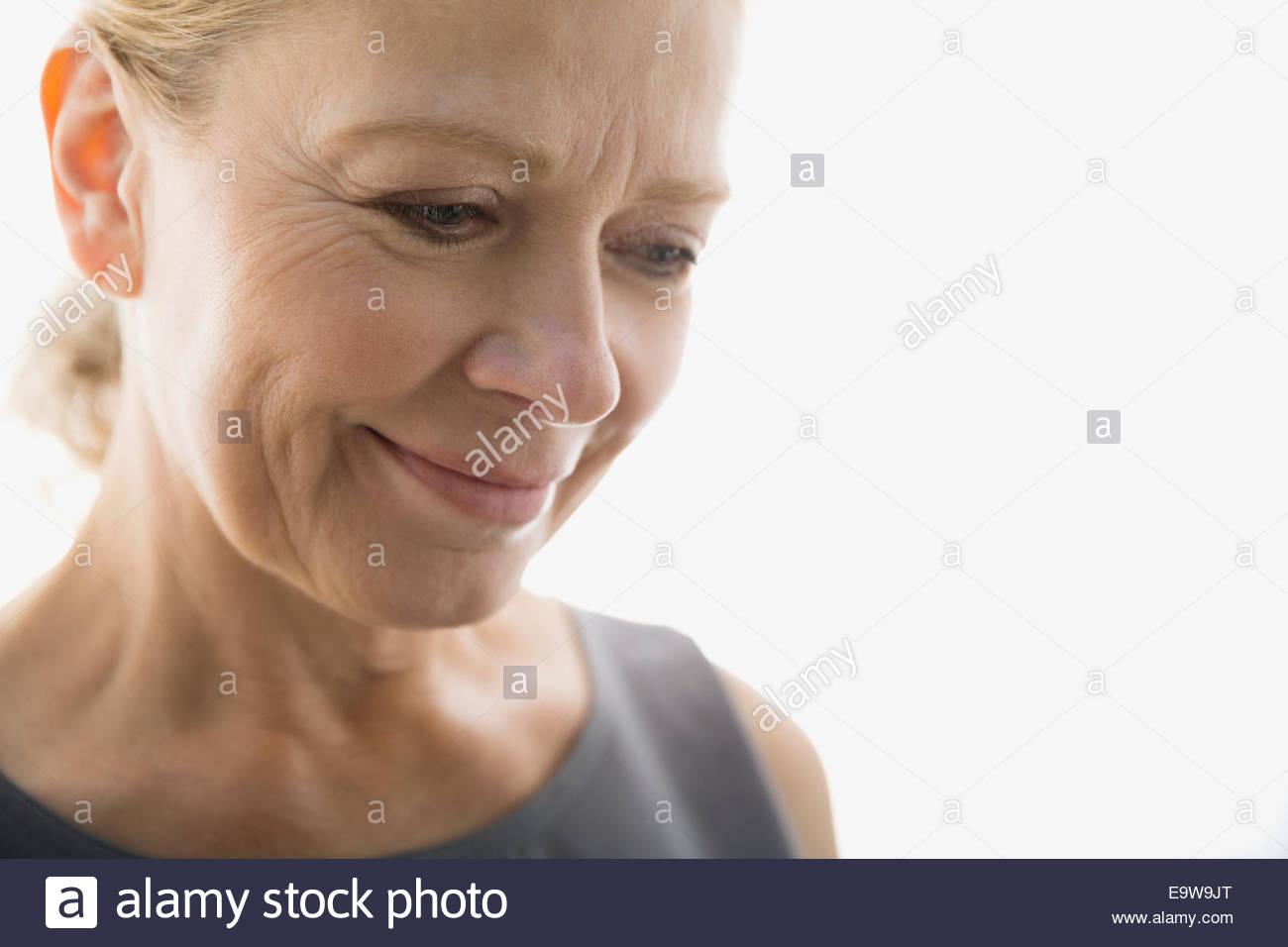 Close up ritratto di donna sorridente guardando verso il basso Immagini Stock