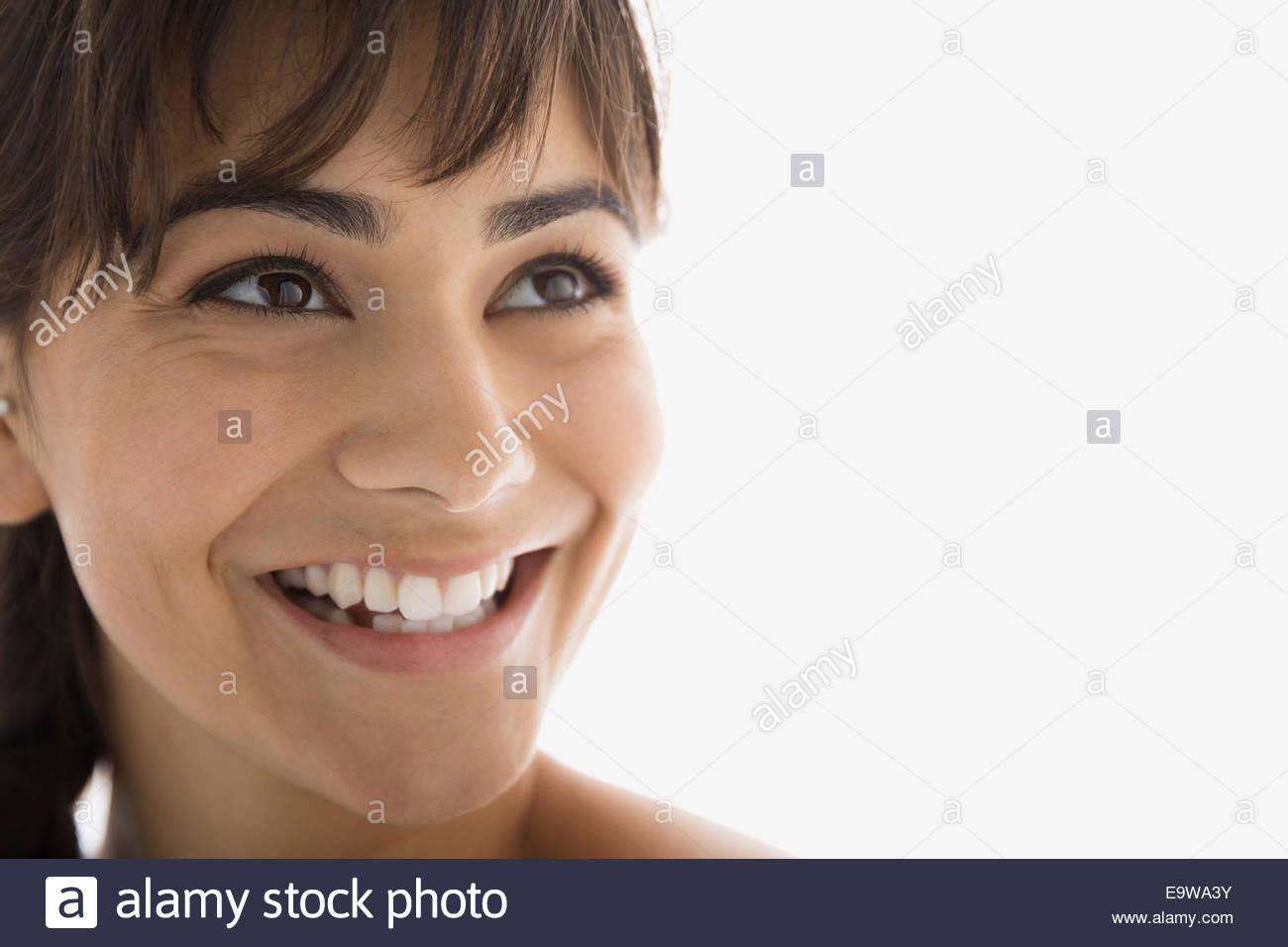 Close up sorridente brunette donna che guarda verso l'alto Immagini Stock