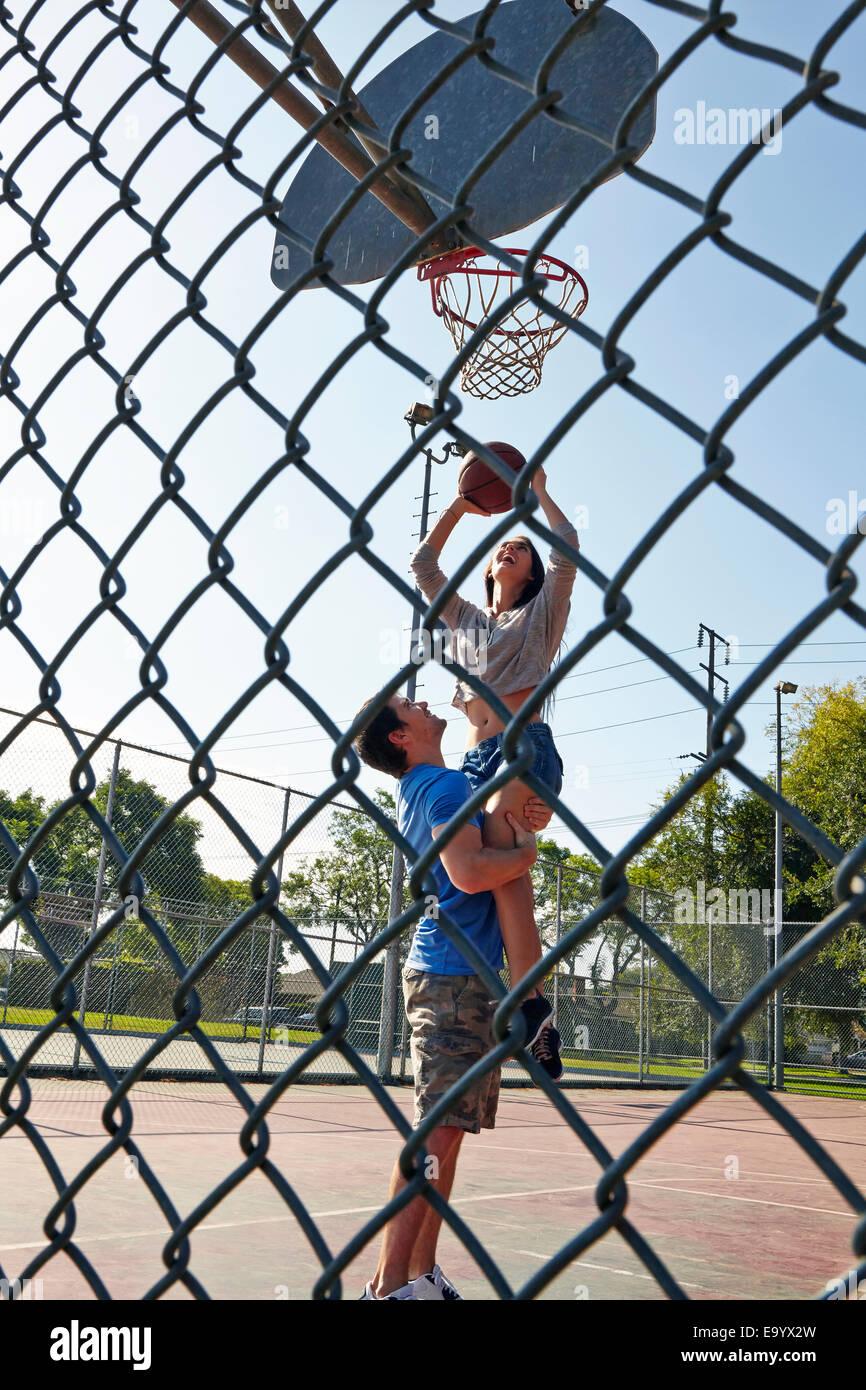 Coppia giovane giocare a basket Immagini Stock