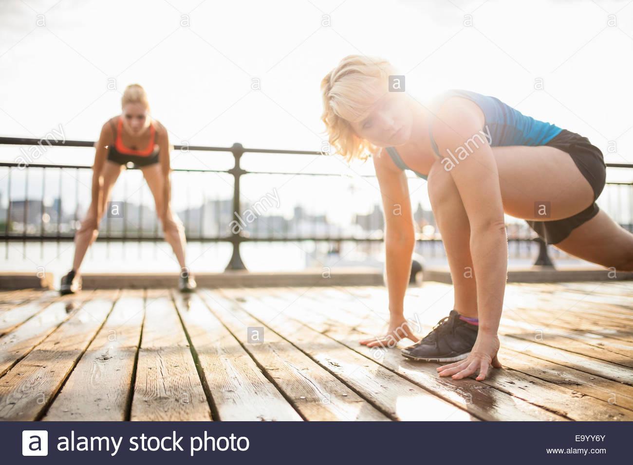 Le donne si allunga a ponte, Montreal, Quebec, Canada Immagini Stock