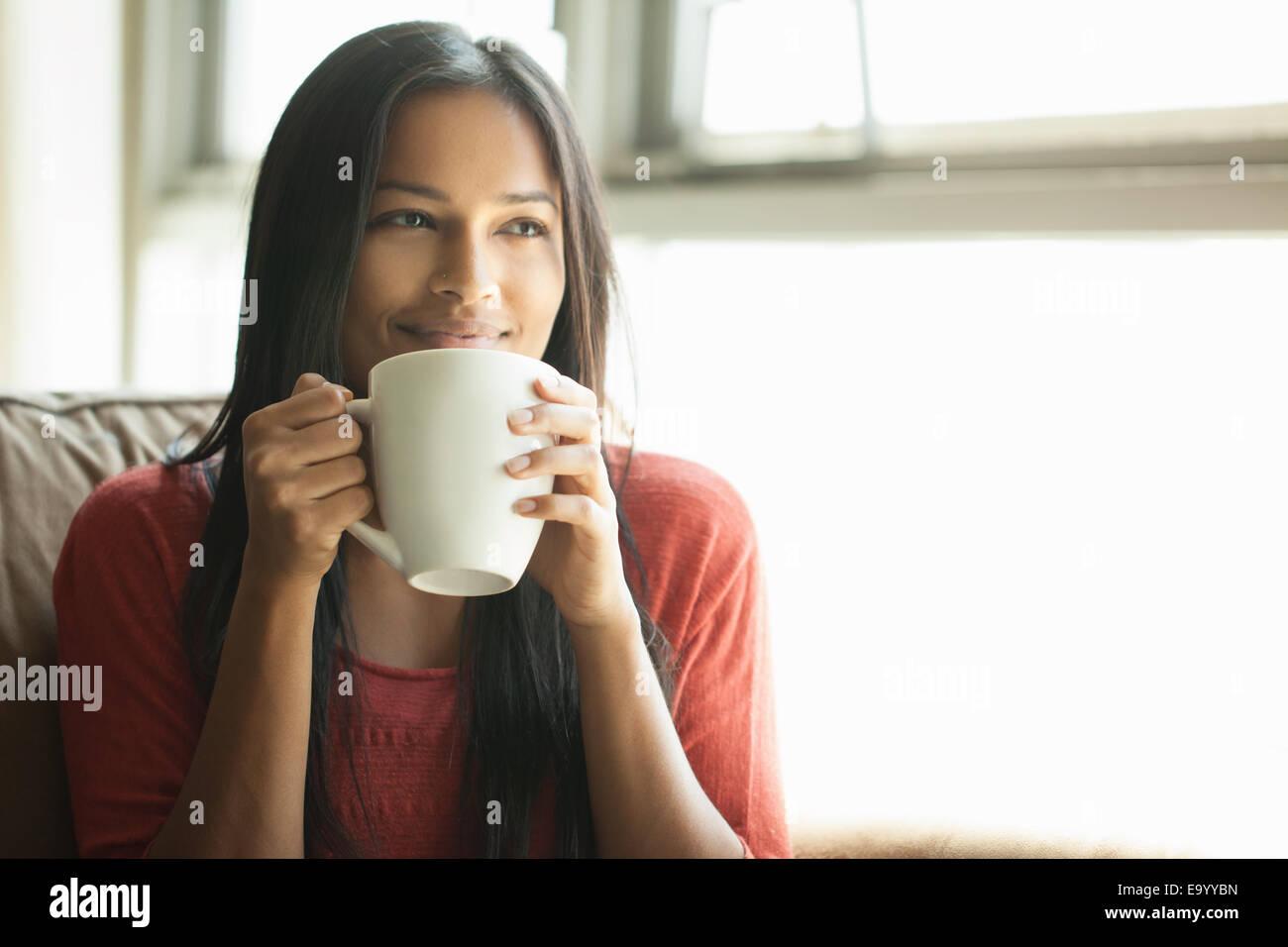 Donna con il caffè a casa Immagini Stock