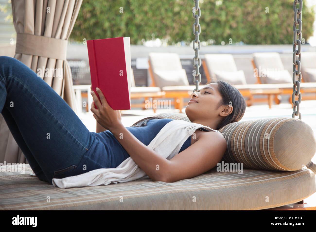 Donna libro di lettura a casa Immagini Stock