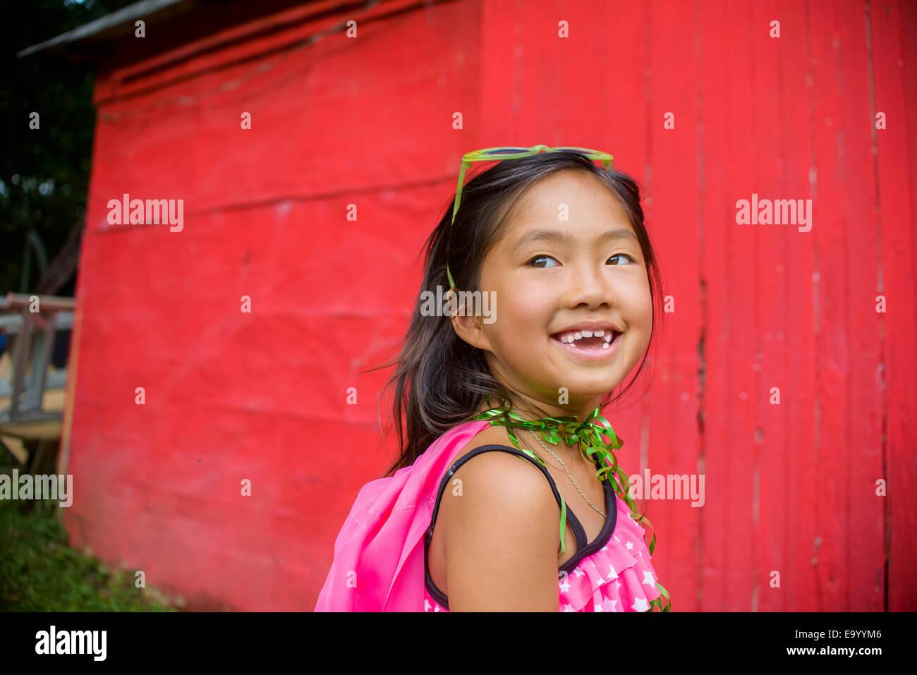 Ritratto di giovane ragazza asiatica, guardando lontano Foto Stock