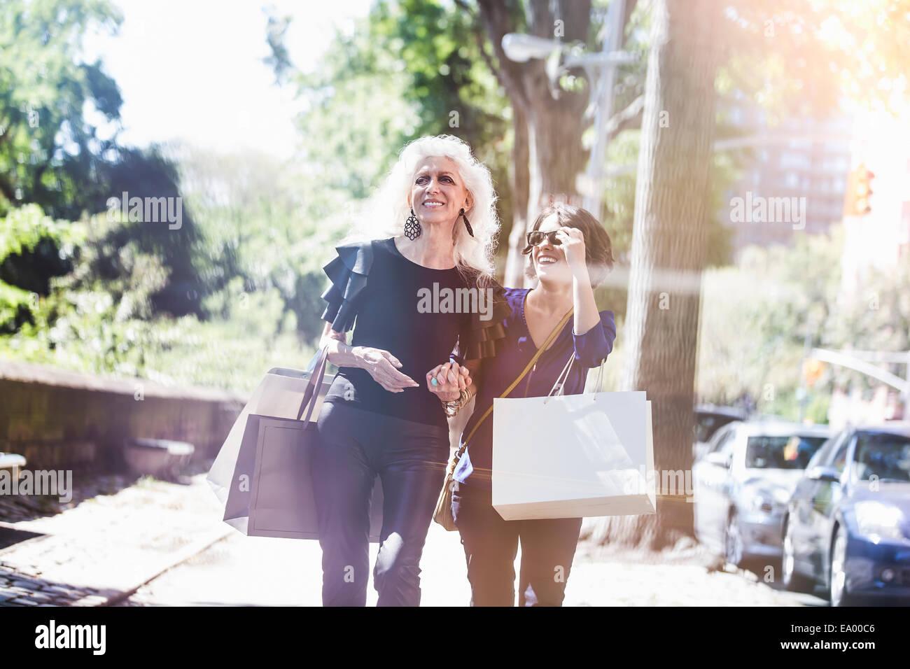 Giovane donna e suo mentore shopping e ridere su Street, New York City, Stati Uniti d'America Immagini Stock