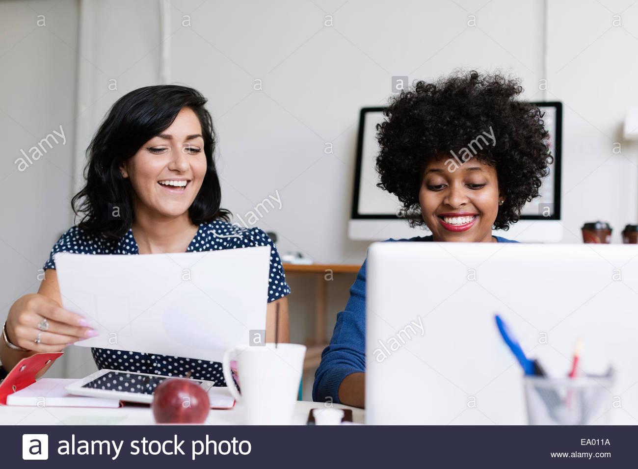 Due donne che lavorano nelle piccole imprese start-up Immagini Stock