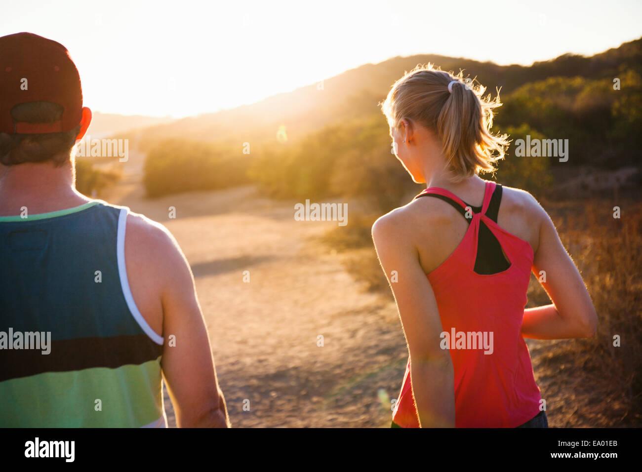 Per gli amanti del jogging camminando sul percorso soleggiato, Portland, CA, Stati Uniti d'America Immagini Stock