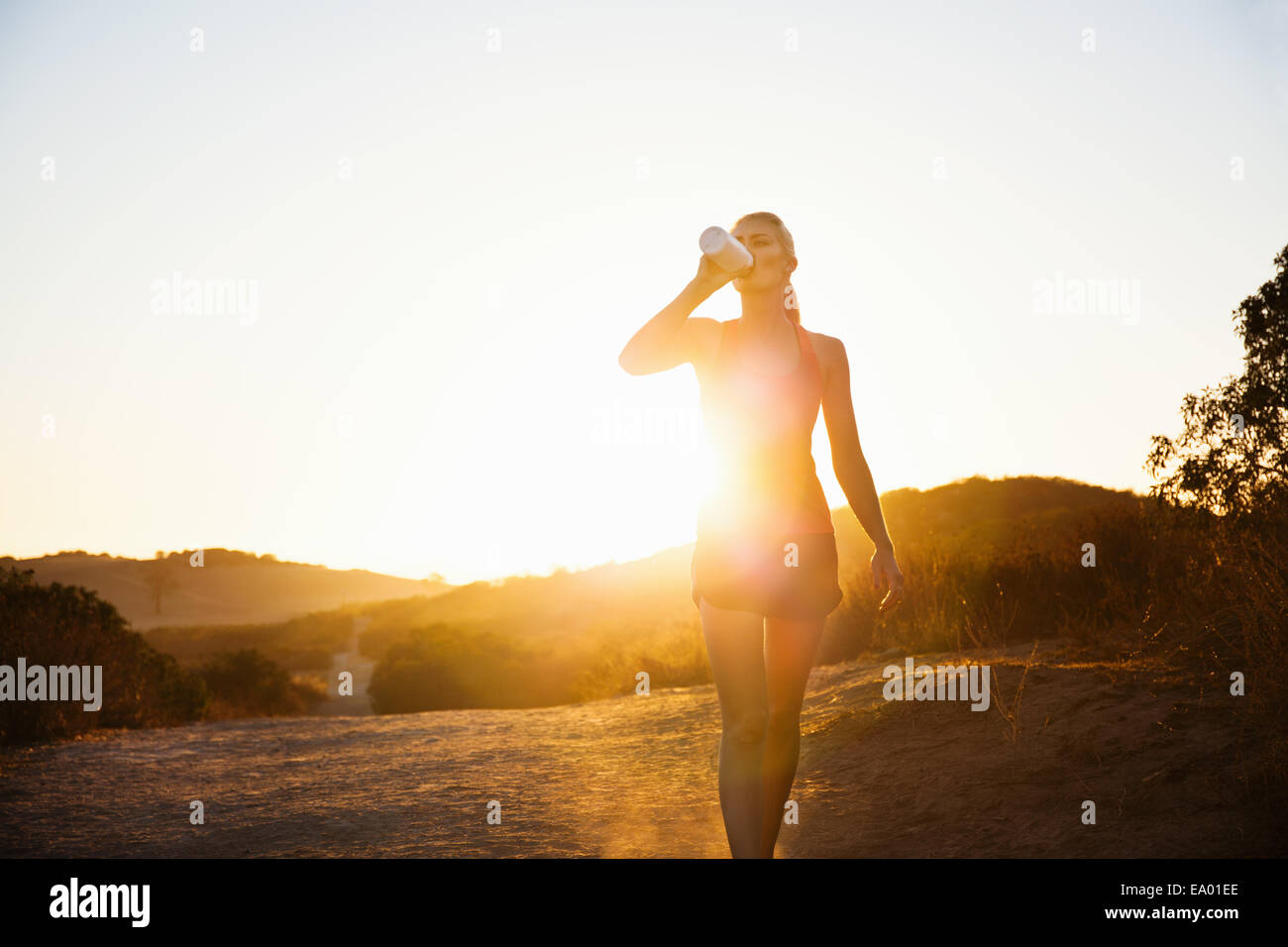 Pareggiatore femmina di bere in presenza di luce solare, Portland, CA, Stati Uniti d'America Immagini Stock