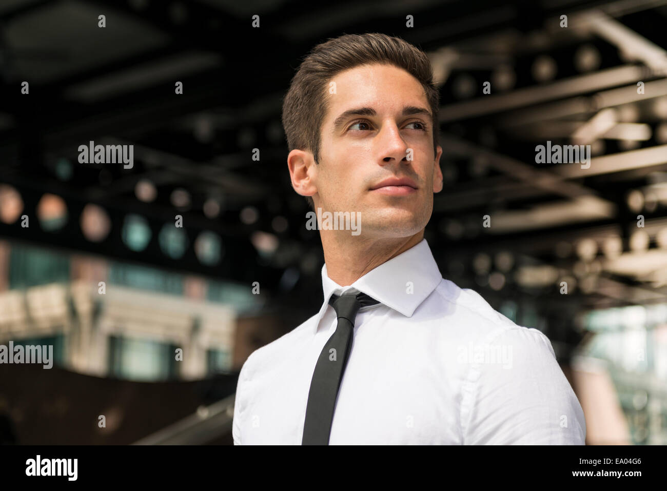 Giovane imprenditore fiducioso all'esterno della stazione di Londra, Regno Unito Immagini Stock