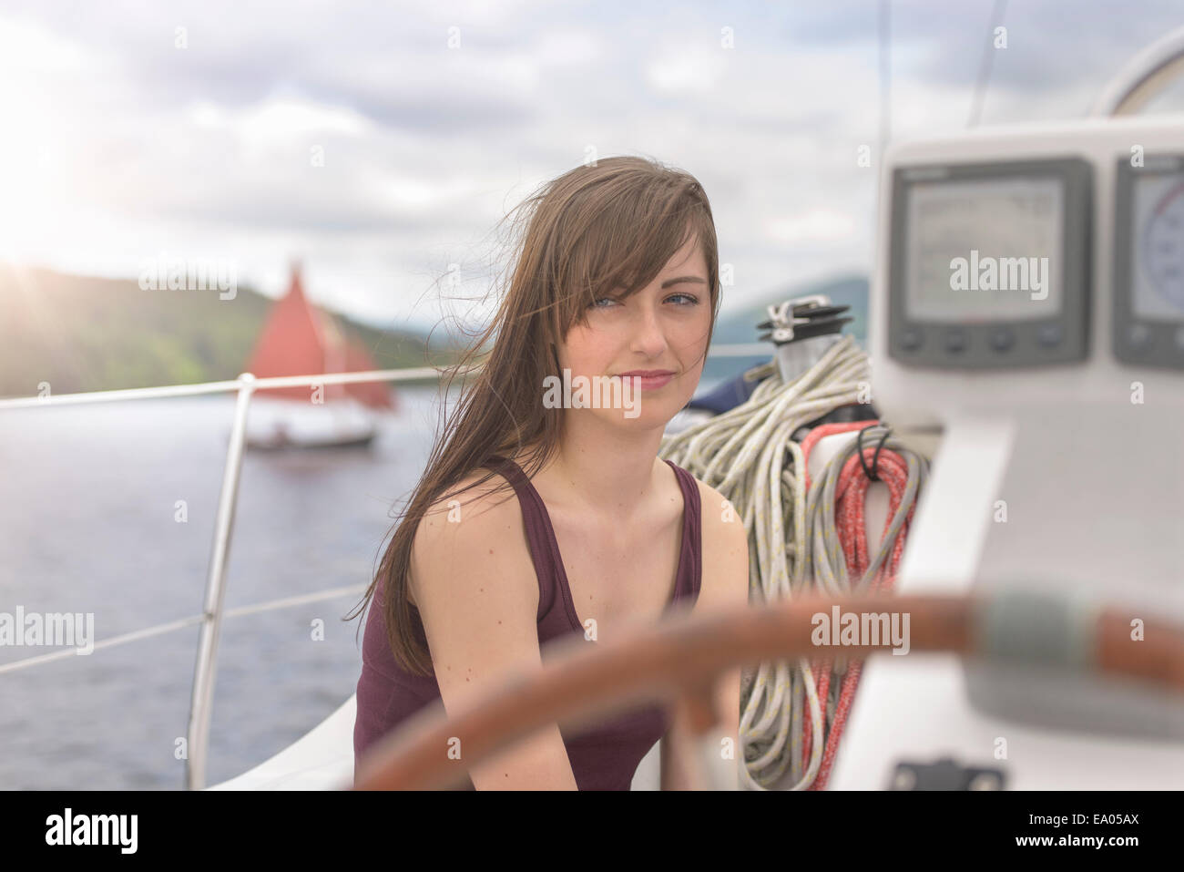 Giovane donna rilassante su yacht, guardando lontano Immagini Stock