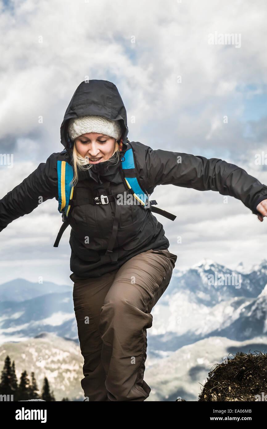 Giovane donna trekking in montagna, Hundsarschjoch, Vils, Baviera, Germania Immagini Stock