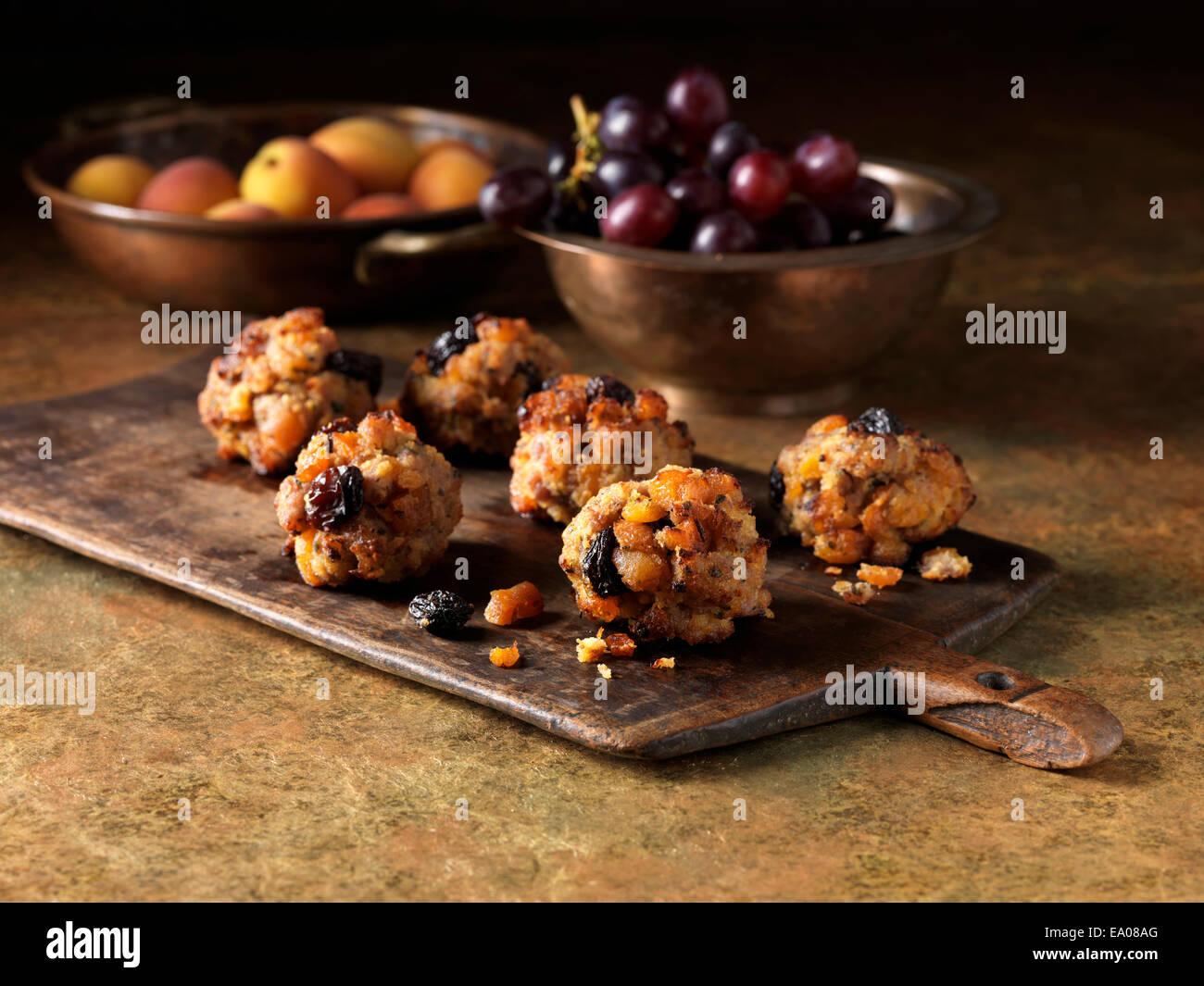 Festa di Natale ingredienti della carne di maiale, albicocca & jumbo fiammata raisin ripieno con uve a bacca Immagini Stock