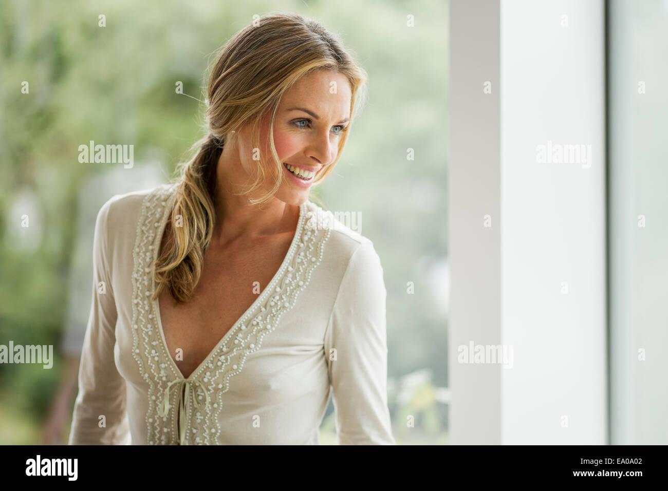 Coppia donna bionda che guarda lontano, ritratto Immagini Stock