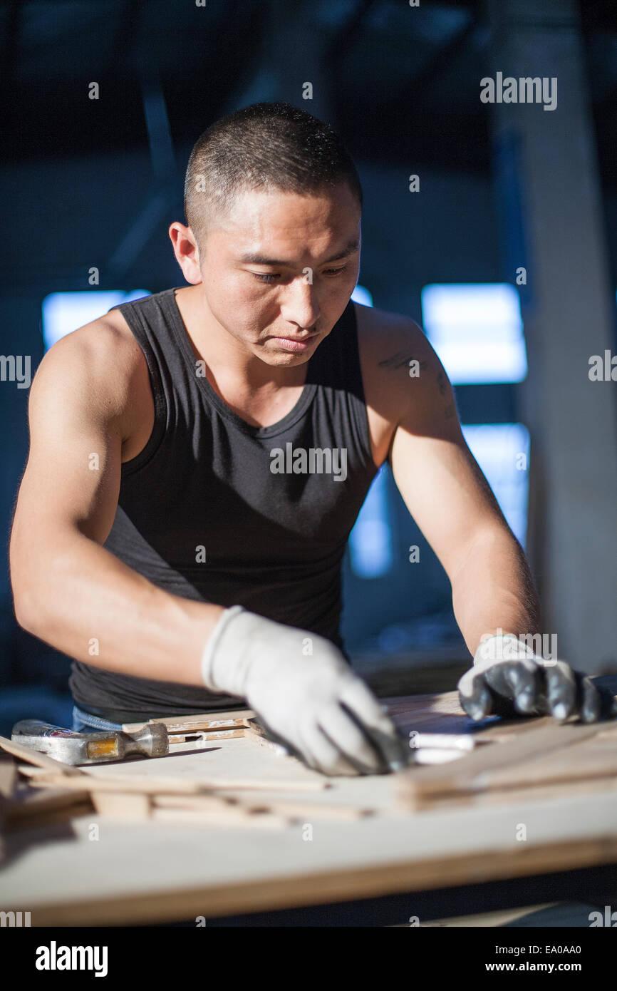 Carpenter combinare i blocchi di legno in fabbrica, Jiangsu, Cina Immagini Stock
