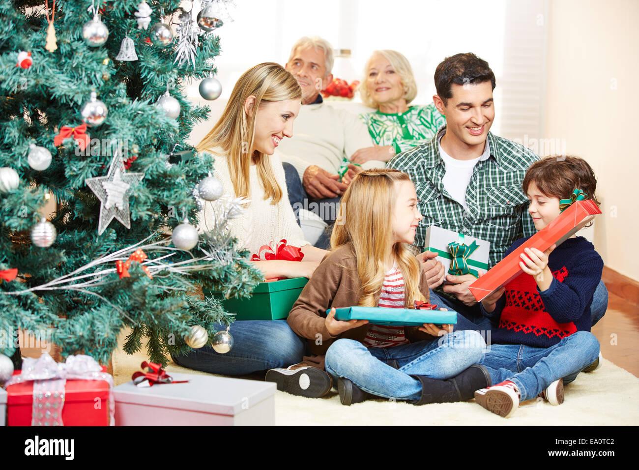 Regali Di Natale Per I Nonni.Due Bambini Di Ottenere Dei Regali Alla Vigilia Di Natale Da
