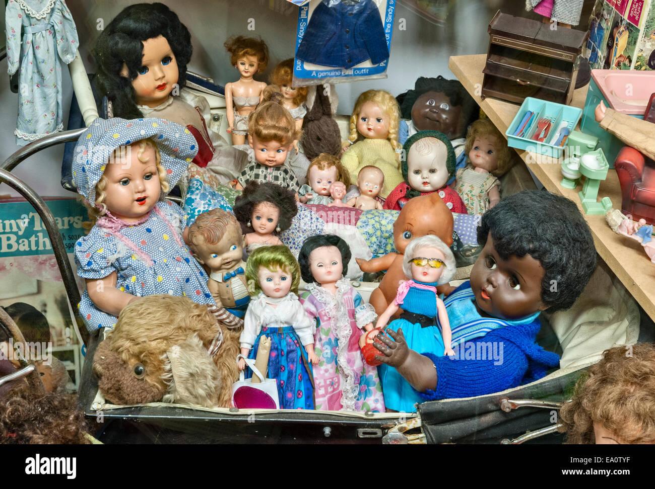 La Terra di contenuto perso , un museo di 20c British cultura popolare, craven arms, Shropshire. Bambole Immagini Stock