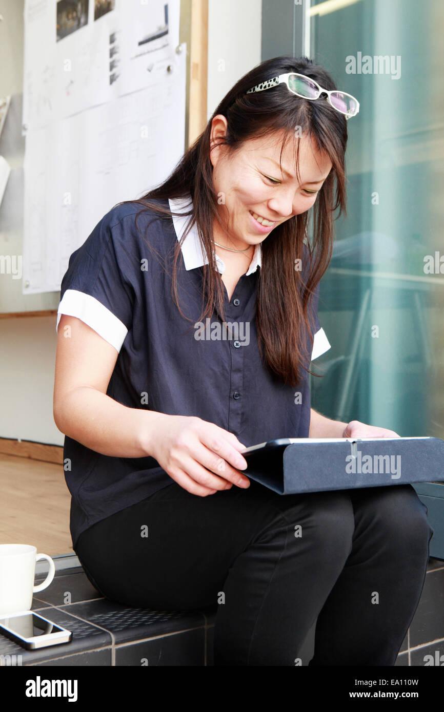 Architetto femmina con tavoletta digitale su office step Immagini Stock