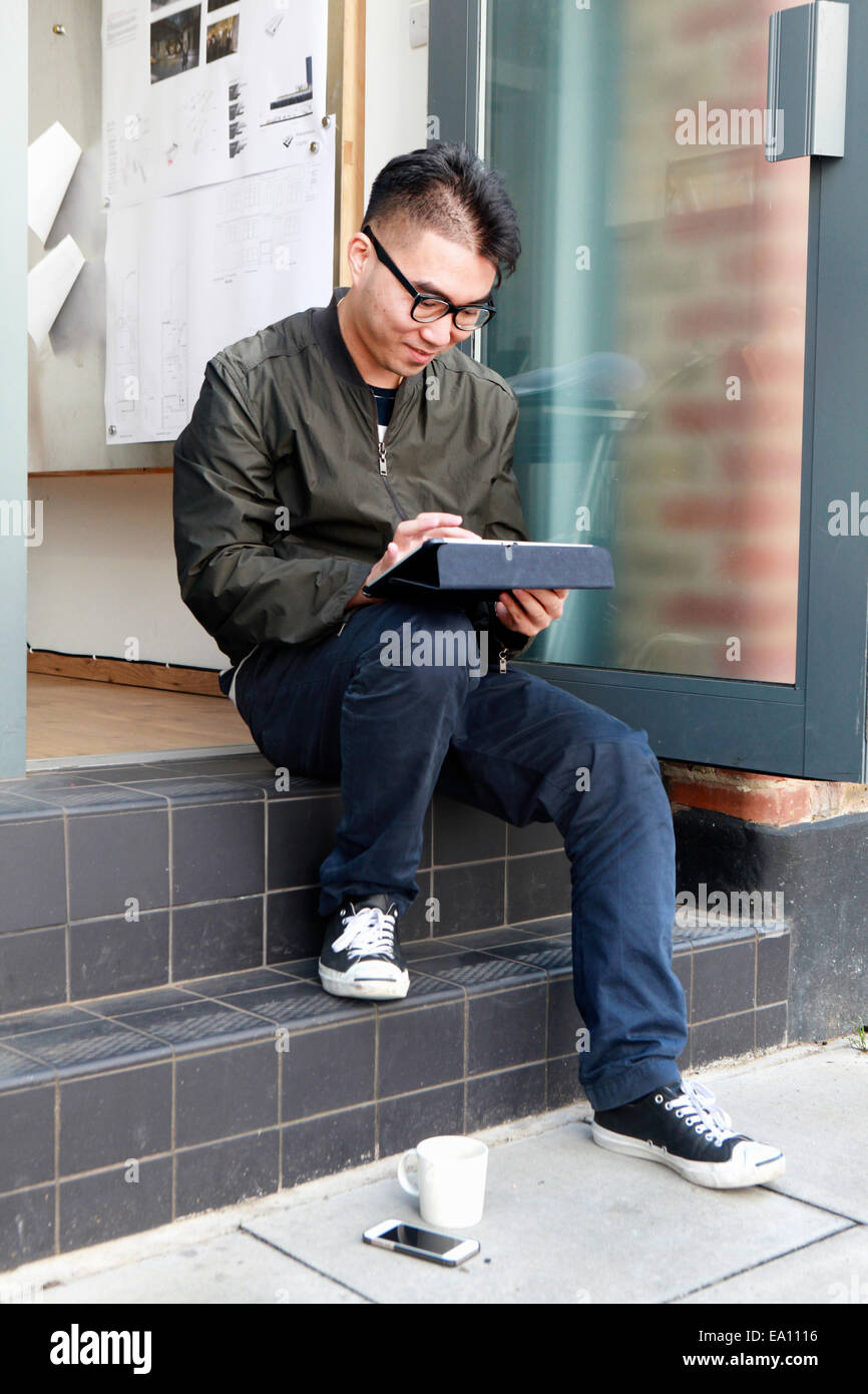 Architetto maschio utilizzando tavoletta digitale su office step Immagini Stock