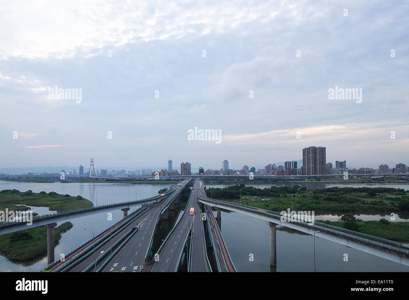 Autostrade sopraelevate e il fiume, Taipei, Taiwan, Cina Immagini Stock