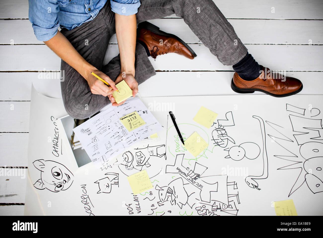 Graphic designer la produzione di idee creative sul pavimento Foto Stock