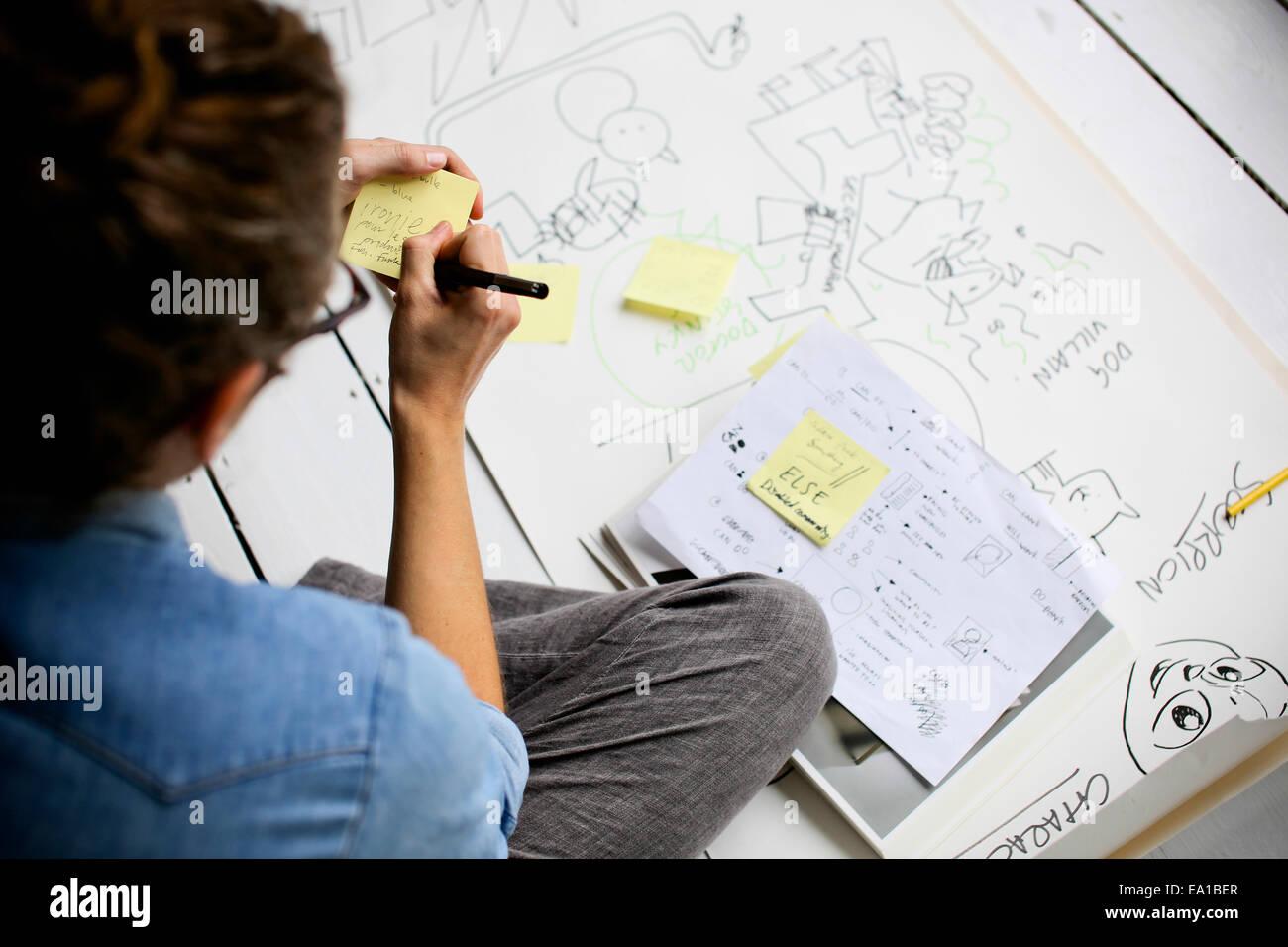 Graphic designer la produzione di idee creative sul pavimento Immagini Stock