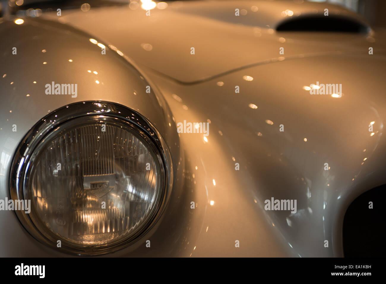 La parte anteriore di un argento classico auto sportiva. Foto Stock