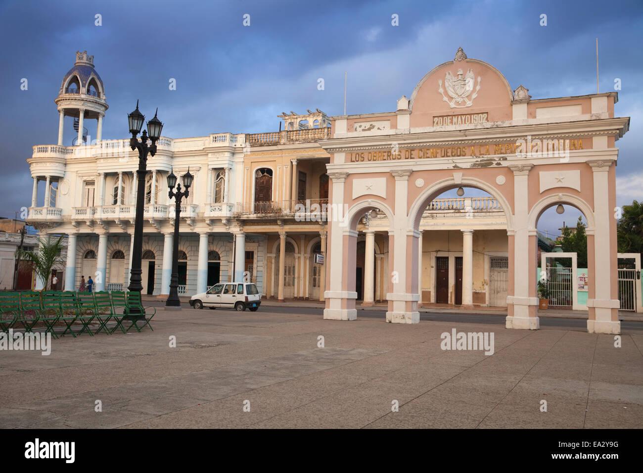 L'arco di Truimph e Casa de la Cultura Beniamino Duarte, ex Palacio de Ferrer, Parque Marta, Cienfuegos, Cuba Immagini Stock