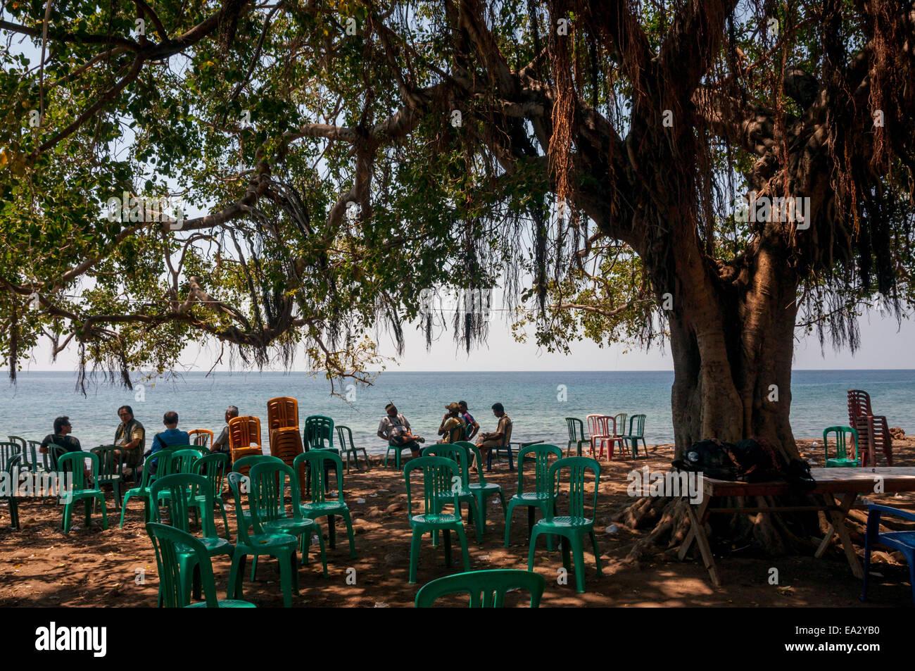 La popolazione locale godendosi il panorama del mare. Villaggio Lamagute, Lembata Isola, Indonesia. Immagini Stock