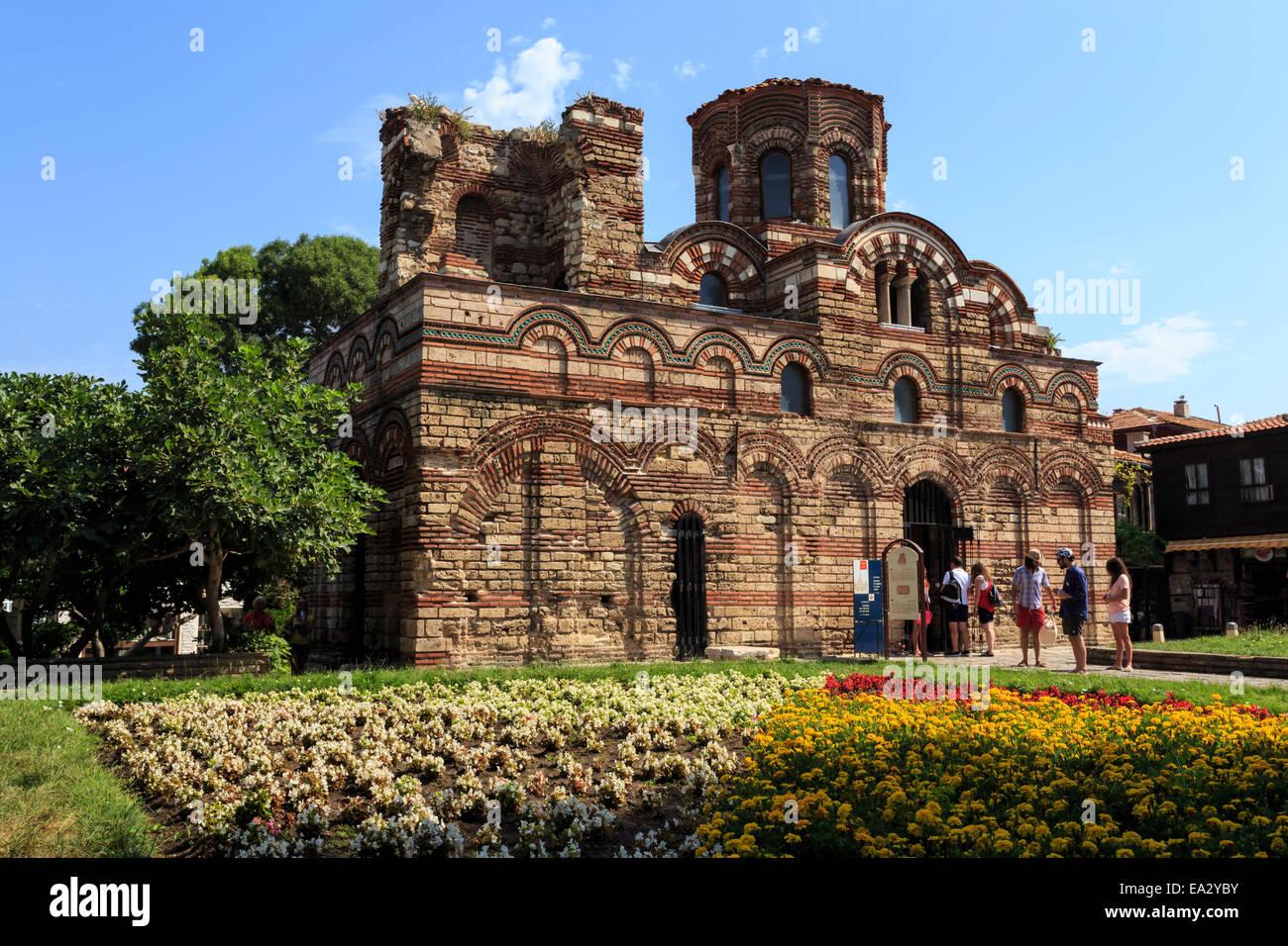 Fiore di confine e visitatori, Chiesa di Cristo Pantocrator Nesebar (Nessebar), sito UNESCO, il litorale del Mar Nero, Bulgaria Foto Stock