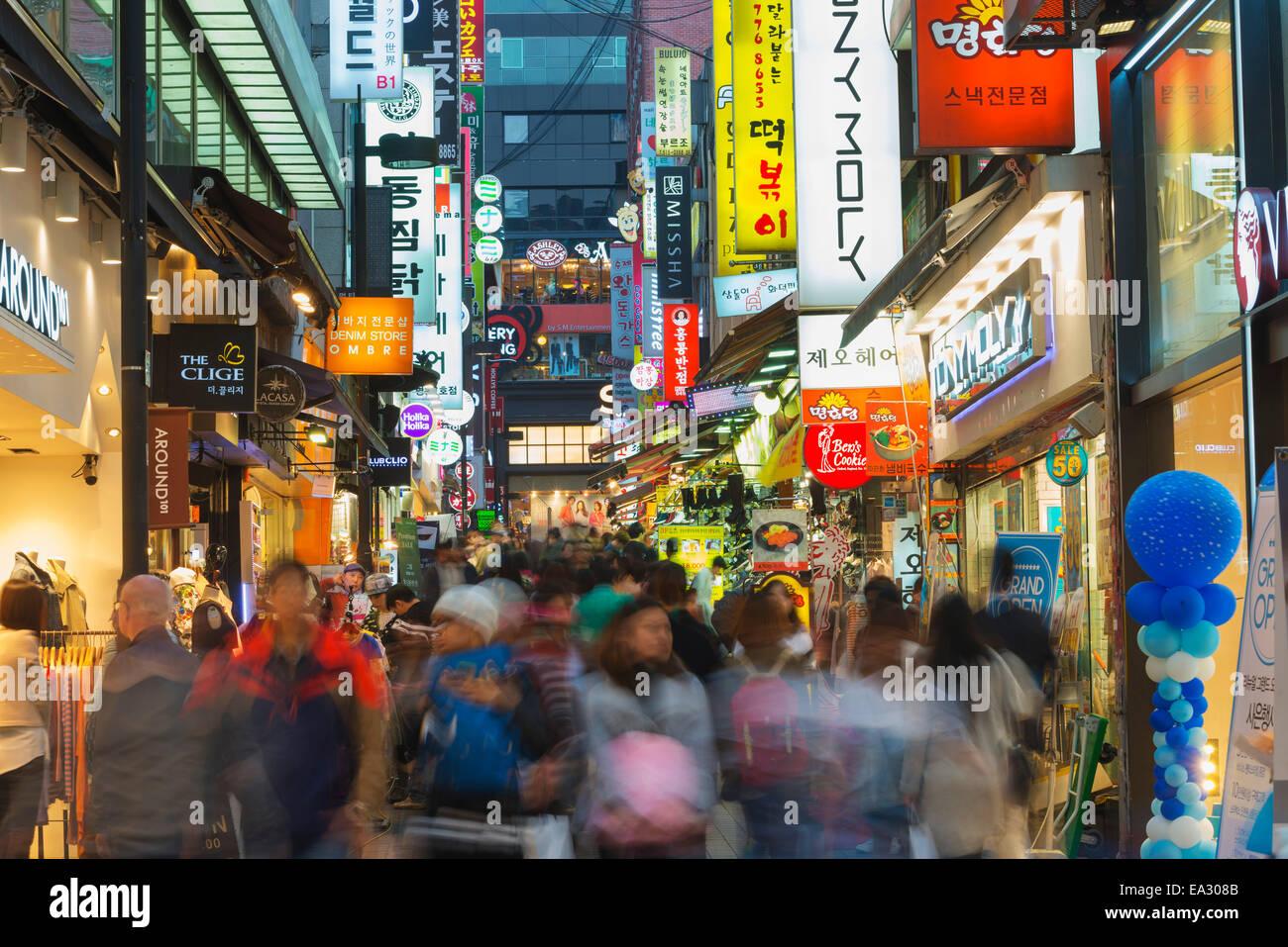 Neon di strade illuminate di Myeong-dong di Seoul, Corea del Sud, Asia Immagini Stock