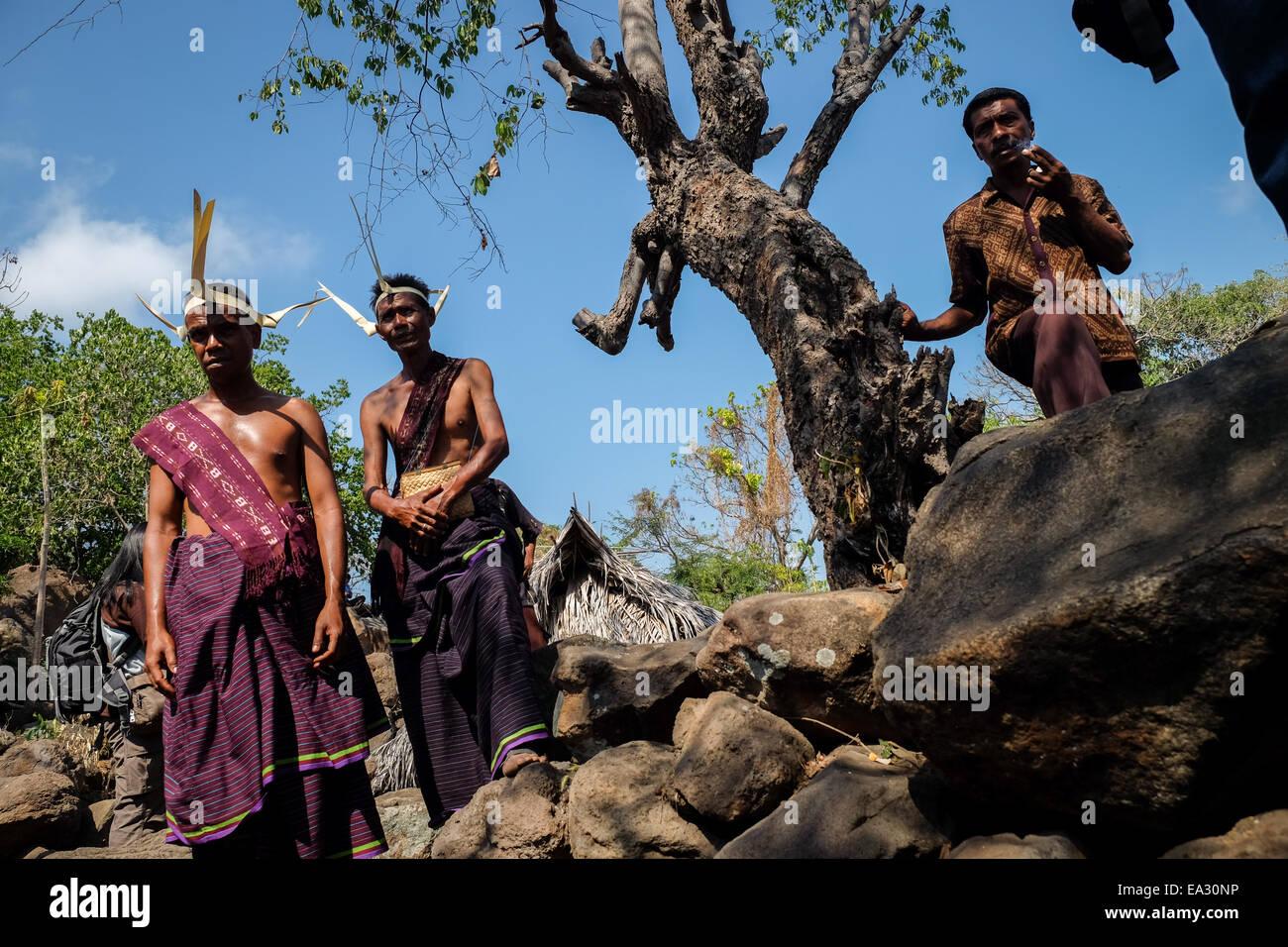 La popolazione locale in costumi tradizionali a Lamagute village, Lembata Isola, Indonesia. Immagini Stock