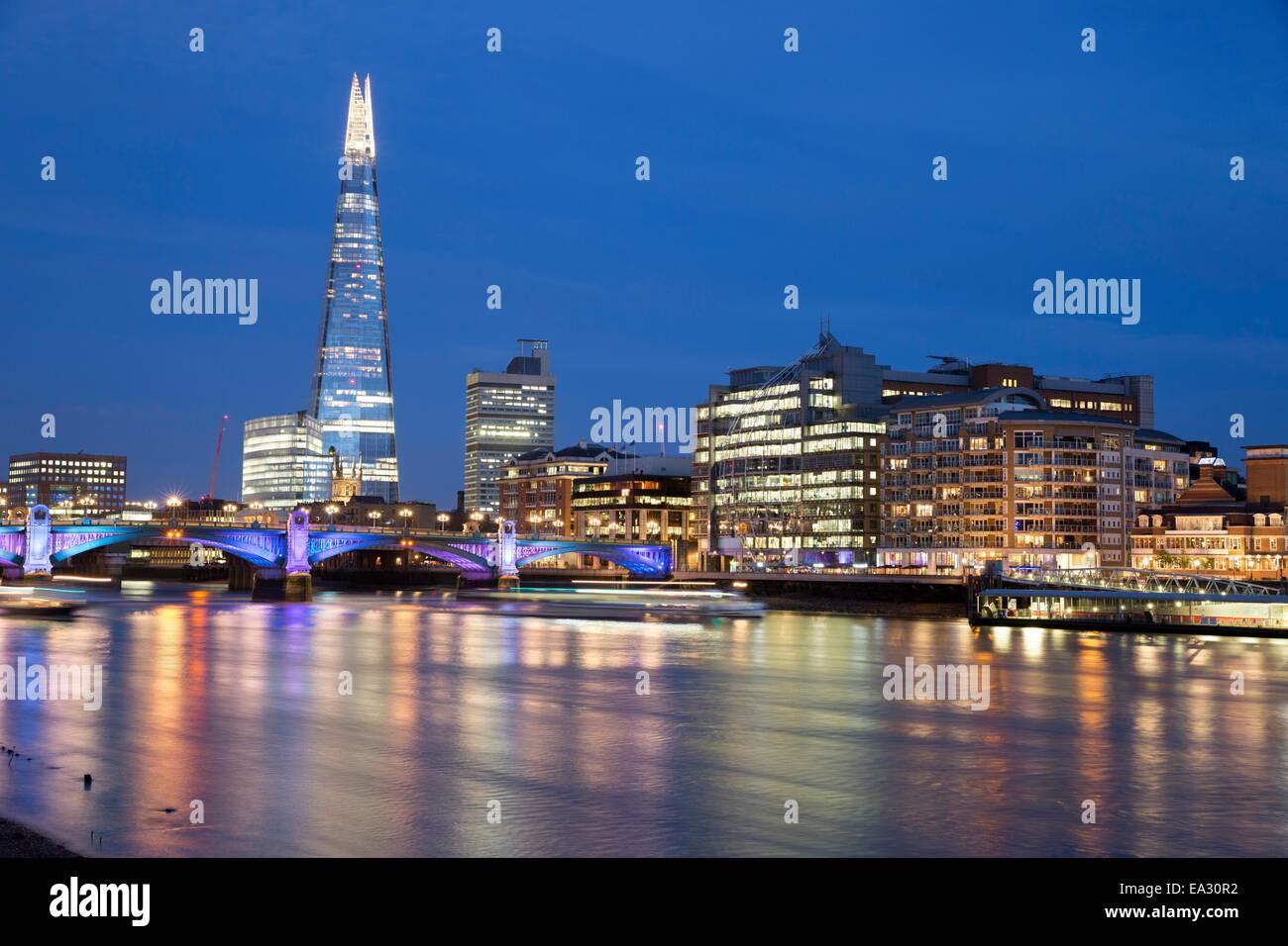 Vista sul Fiume Tamigi con la Shard, London, England, Regno Unito, Europa Immagini Stock