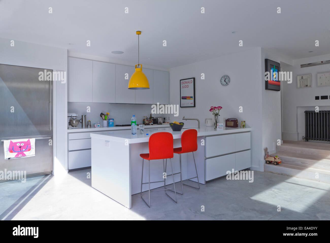 Orange sgabelli da bar in bianco cucina a pianta aperta della casa