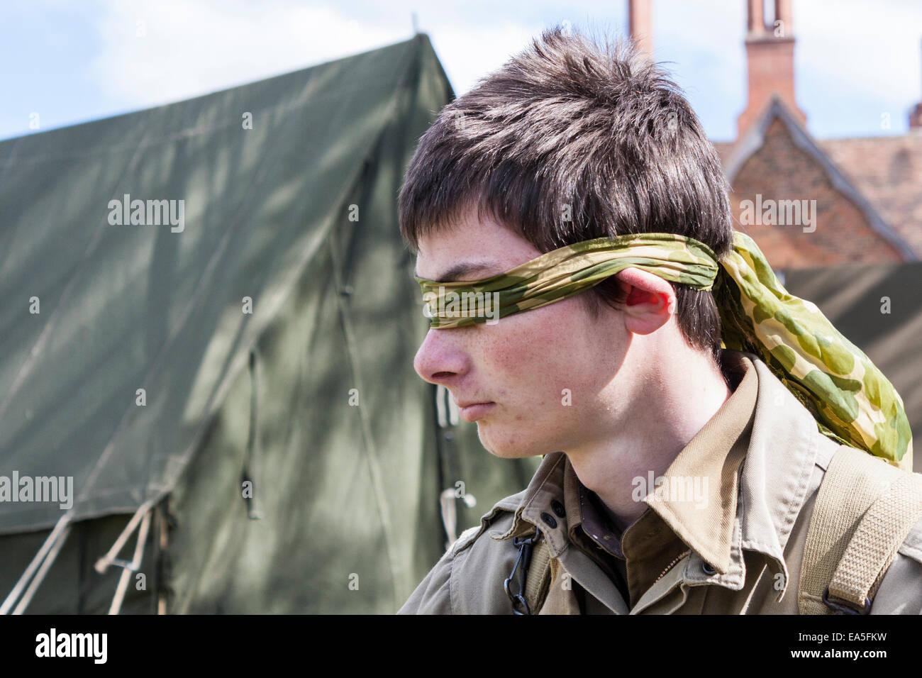 Gli occhi bendati la gioventù in WWII US Army uniforme Immagini Stock