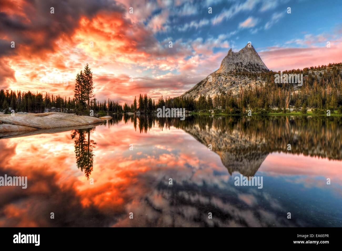 Stati Uniti d'America, in California, del Parco Nazionale Yosemite, ultima luce in Cattedrale il lago Immagini Stock