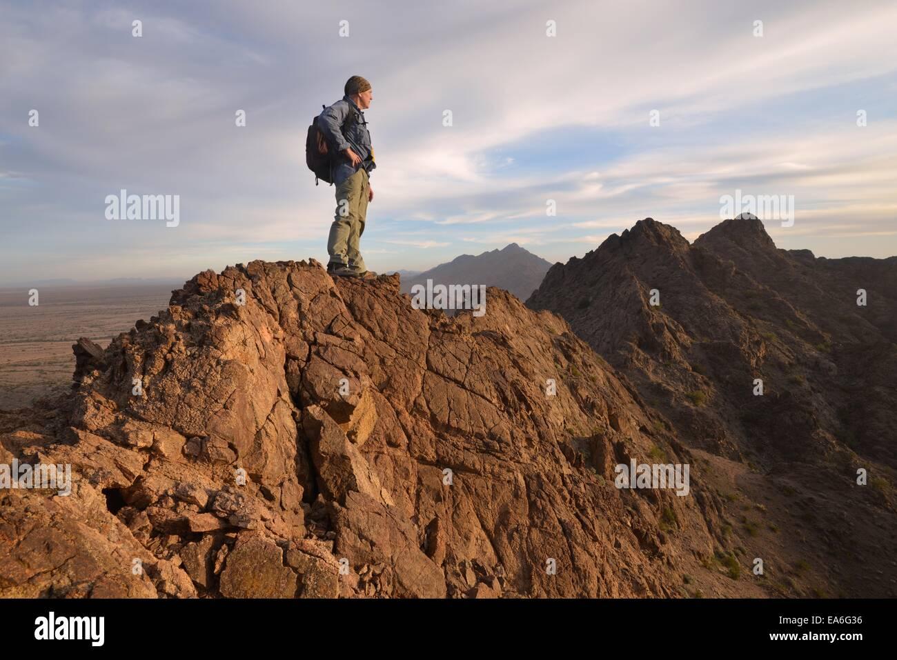 Stati Uniti d'America, Arizona, Mohawk montagne, scalatore sulla cima della montagna Immagini Stock