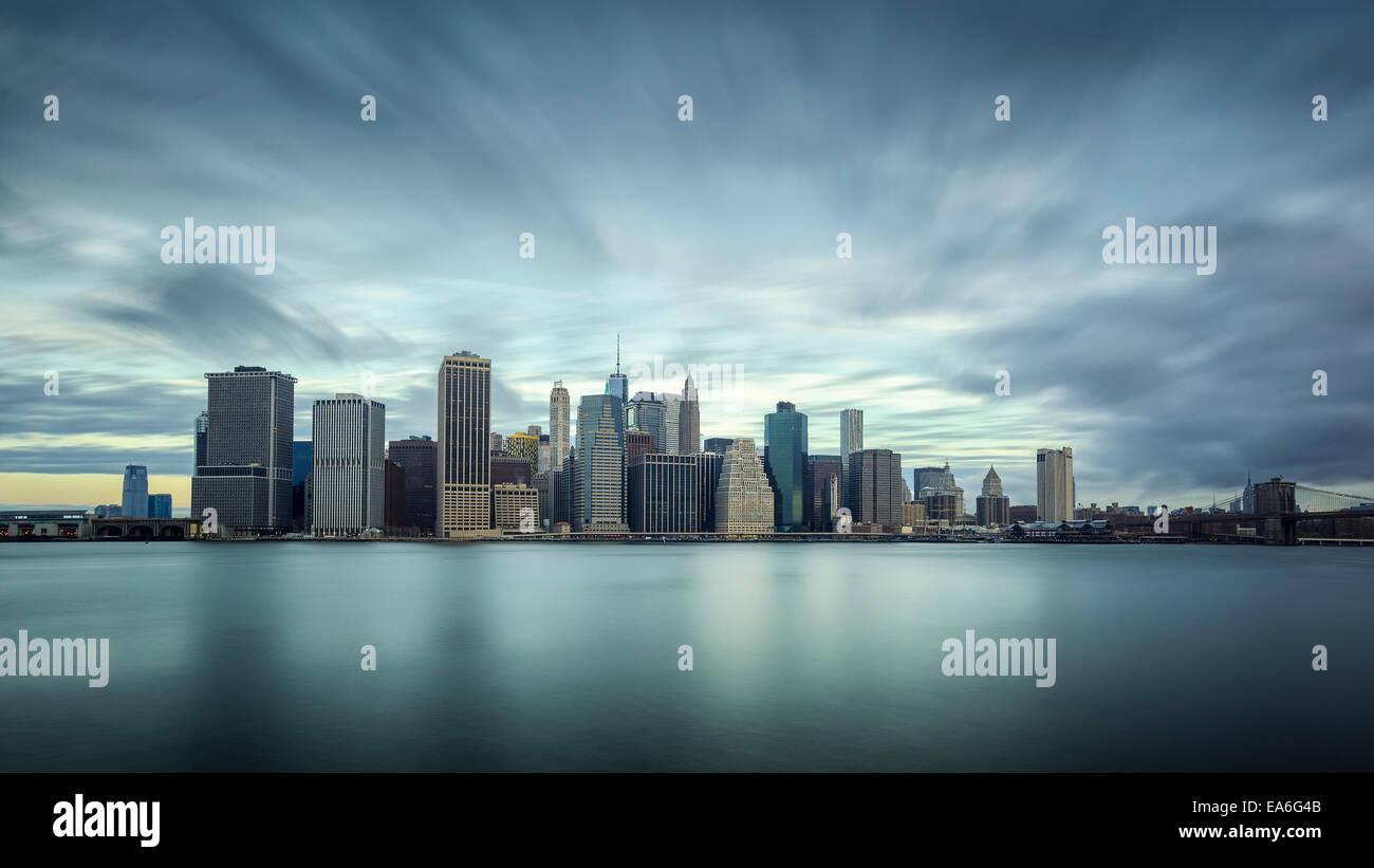 Stati Uniti d'America, nello Stato di New York, New York CIty, una lunga esposizione di Manhattan Immagini Stock
