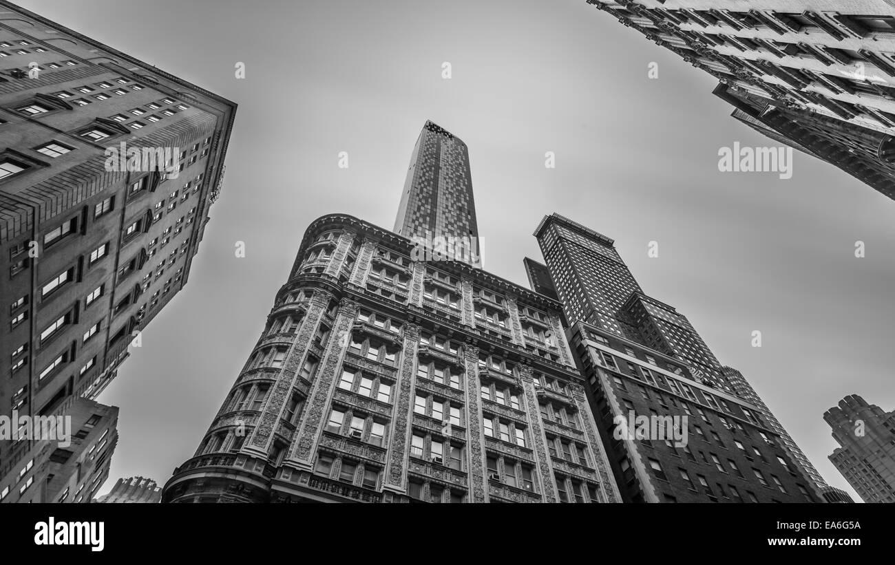 Stati Uniti d'America, nello Stato di New York, New York City, Manhattan, a basso angolo di visione degli edifici Immagini Stock