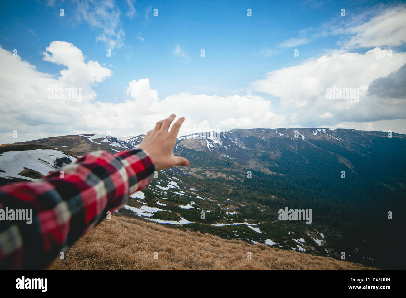 Paesaggio panoramico con mano umana in primo piano Immagini Stock