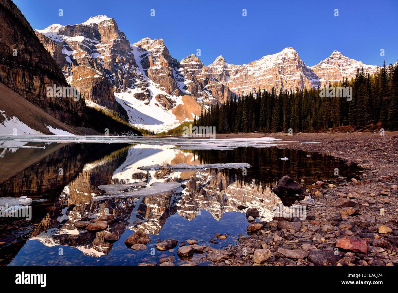 In Canada, il Parco Nazionale di Banff, Vista Lago Moraine e Valle dei Dieci Picchi Immagini Stock