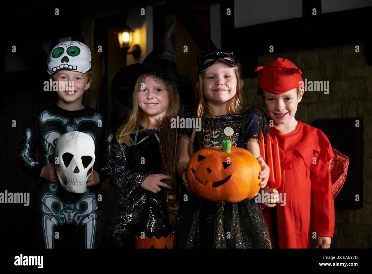 Festa di Halloween con bambini trucco o trattare in costume Immagini Stock